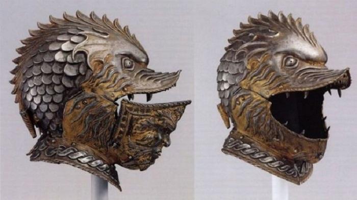 Устрашающий зубастый шлем средневекового рыцаря.