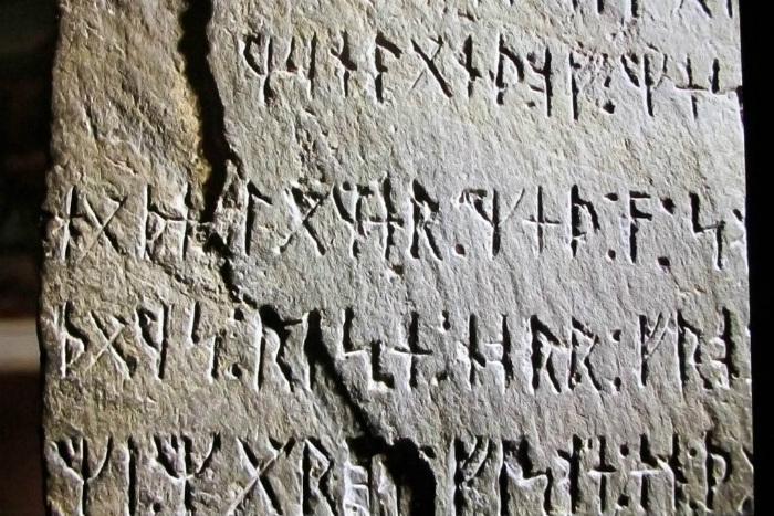 Если камень - подделка, то сделан он знатоком одного из очень старых диалектов. Впрочем, кто сказал, что таких знатоков в девятнадцатом веке не было?